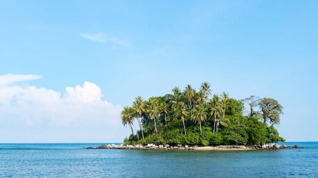 Kleine insel in tropischer andamanensee schöner landschaftsnaturansicht in phuket