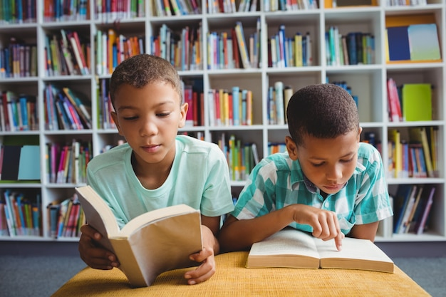 Kleine jungen, die bücher lesen