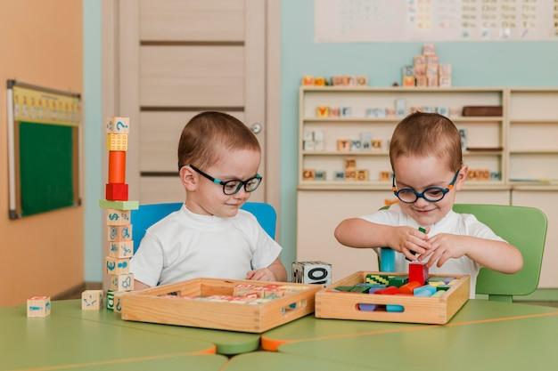 Kleine jungs spielen