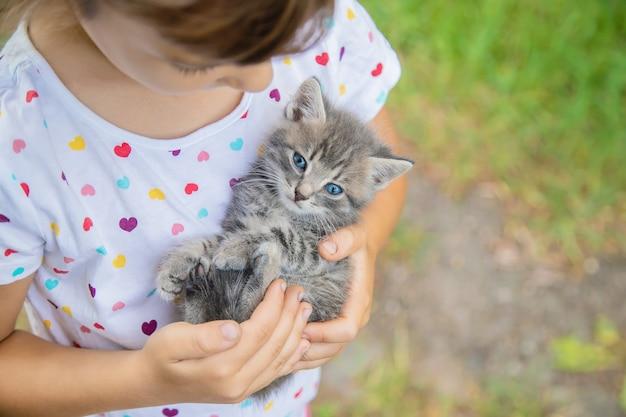 Kleine kätzchen in den händen von kindern