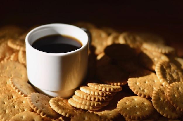 Kleine kaffeetasse und gesalzener cracker