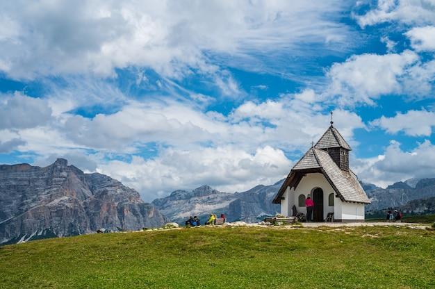 Kleine kapelle auf den wegen der pralongia im gadertal, im herzen der dolomiten