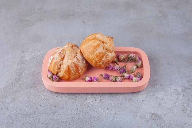 Kleine kekse profitrollen mit zuckerpulver.