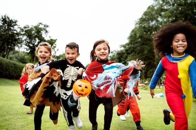 Kleine kinder auf einer halloween-party