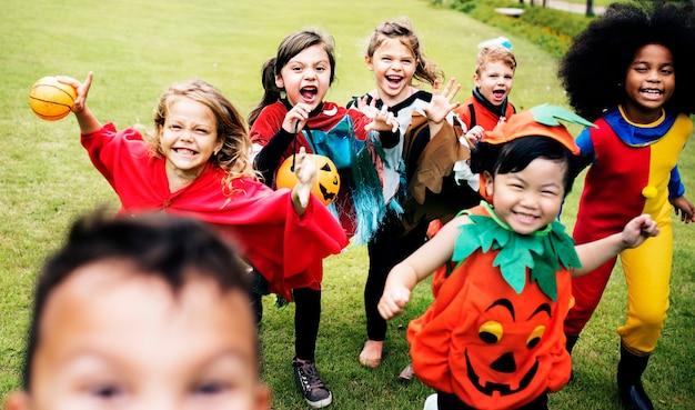 Kleine kinder auf halloween-party