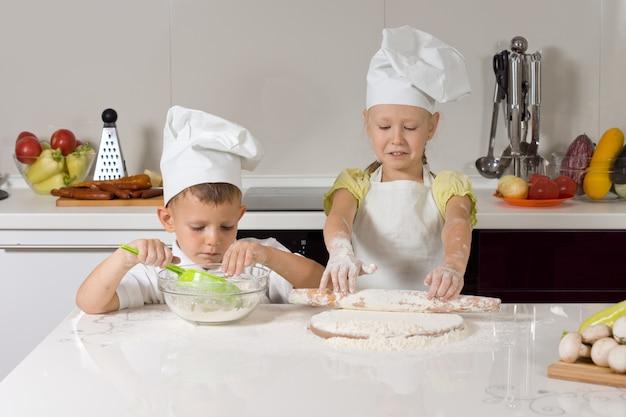 Kleine kinder backen hausgemachte pizzen