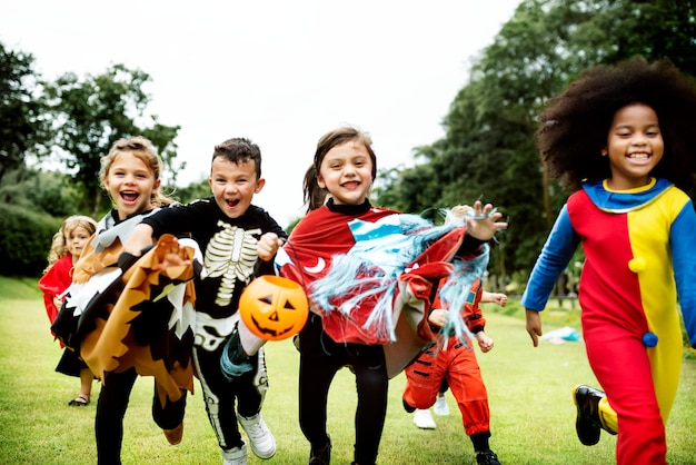 Kleine kinder bei halloween-party