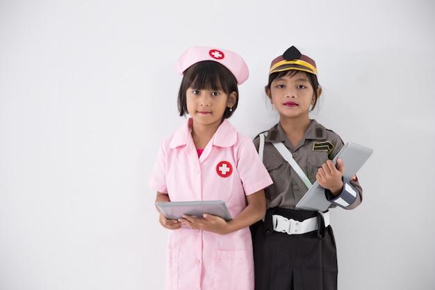 Kleine kinder beruf, polizei und krankenschwester zu sein
