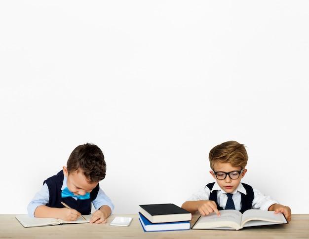 Kleine kinder, die arbeitenden erwachsenen aufwerfen