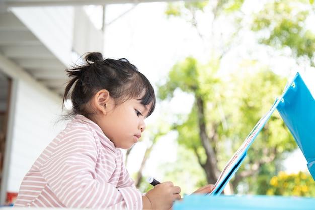 Kleine kinder, die mit einem buntstift zeichnen, sind eine gute aktivität, um die kreative kunst zu verbessern
