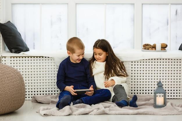 Kleine kinder, die mit einem tablet spielen