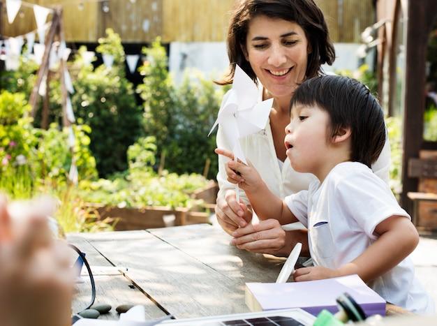 Kleine kinder, die nachhaltigen lebensstil lernen