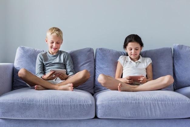 Kleine kinder, die neue technologien einsetzen