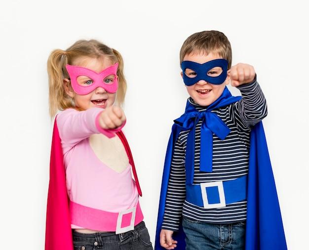 Kleine kinder, die superhero handzeichen glücklich kleiden