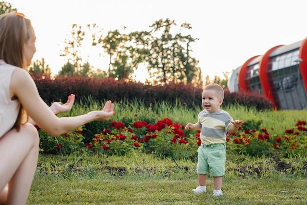 Kleine kinder gehen mit ihren eltern im park spazieren.