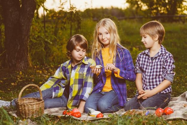 Kleine kinder im herbstpark