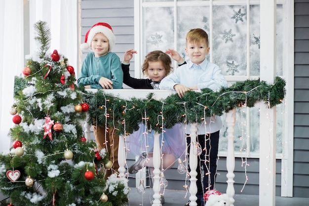 Kleine kinder in erwartung von neujahr und weihnachten