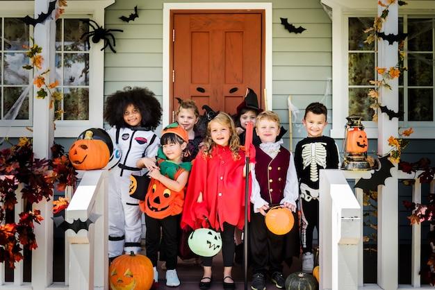 Kleine kinder in halloween-kostümen