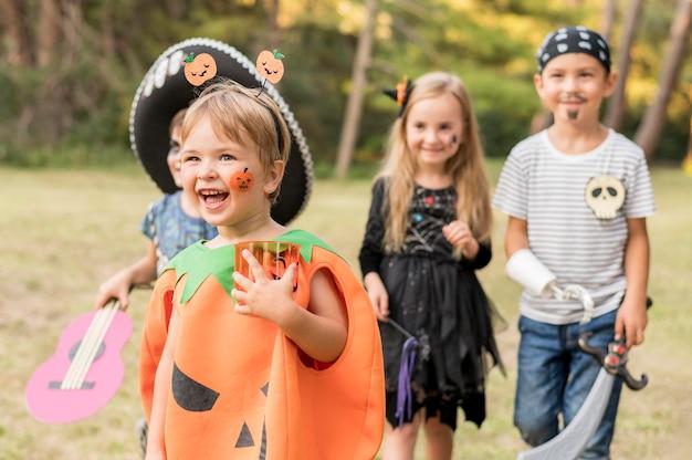Kleine kinder kostümiert für halloween