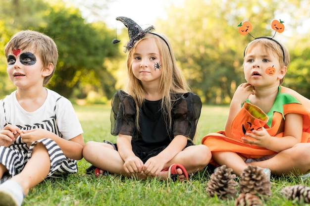 Kleine kinder mit kostümen für halloween