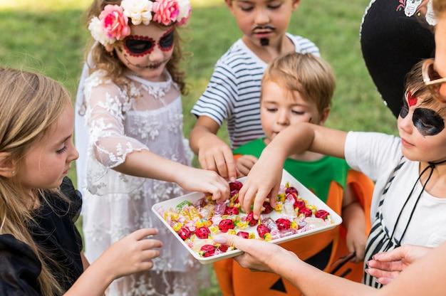 Kleine kinder mit kostümen zusammen