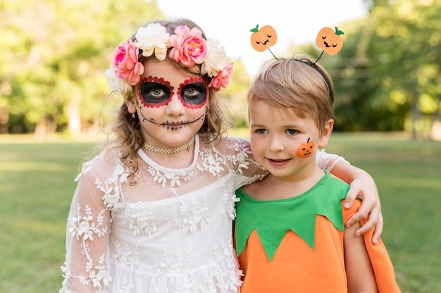 Kleine kinder mit kostümen