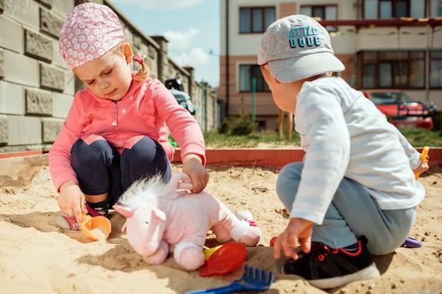 Kleine kinder spielen auf dem spielplatz