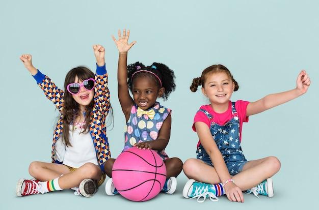 Kleine kinder sport basketball aktiv