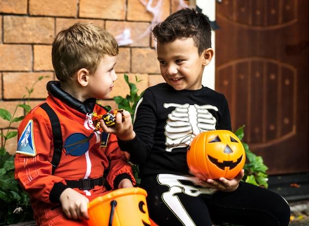 Kleine kinder süßes oder saures an halloween