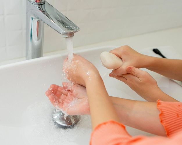 Kleine kinder waschen ihre hände