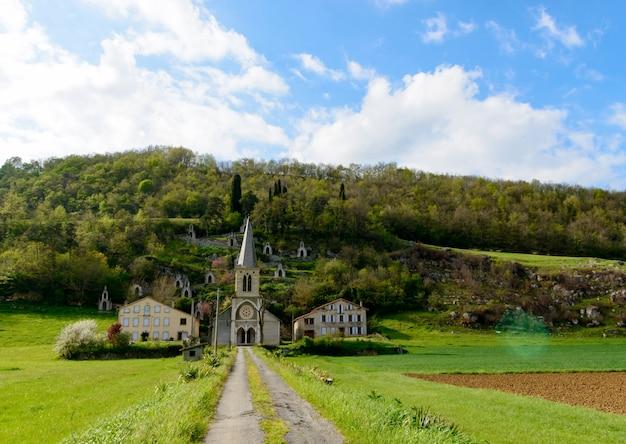 Kleine kirche am fuße des berges, ariege frankreich