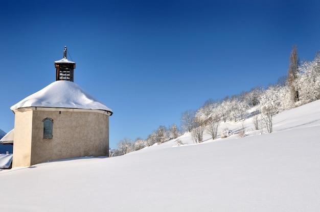 Kleine kirche im schneebedeckten berg