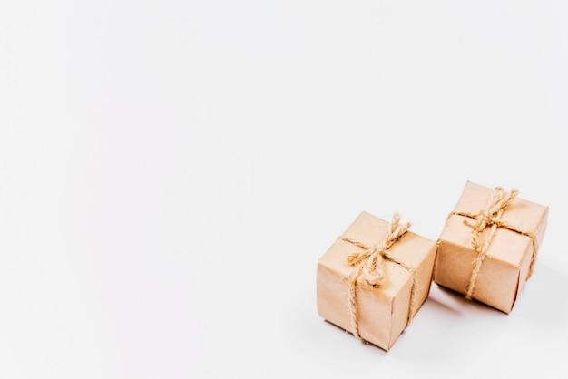 Kleine klassisch verpackte geschenkboxen