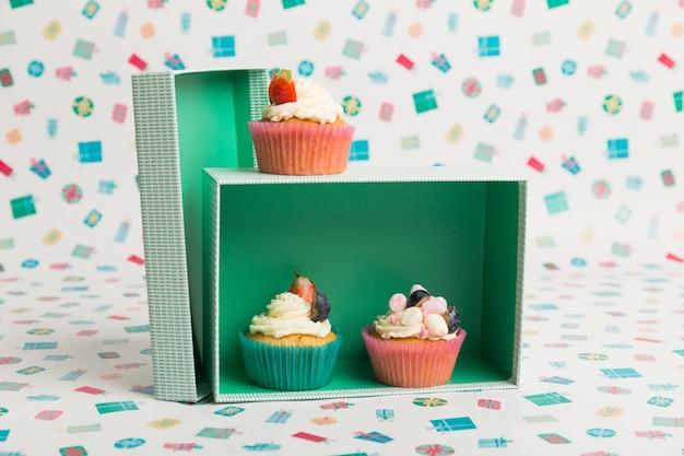 Kleine kuchen mit sahne und beeren auf tabelle