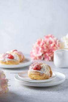 Kleine kuchen mit schlagsahne und erdbeere, selektives fokusbild