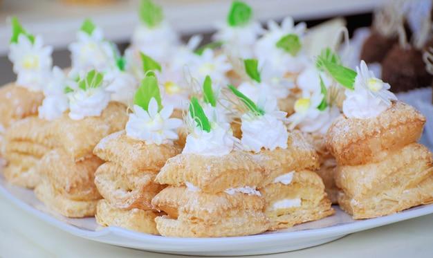 Kleine kuchen mit verschiedenen füllungen