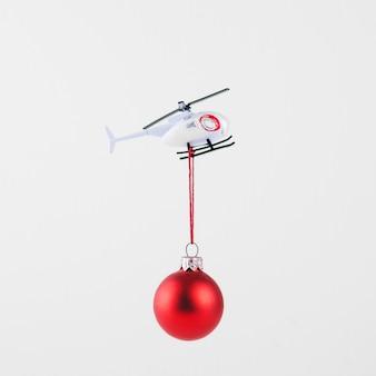 Kleine kugel hängt am fliegenden hubschrauber