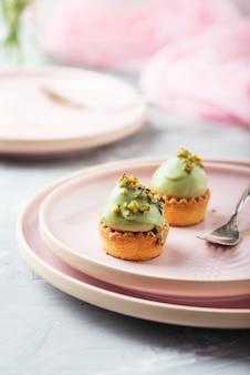 Kleine leckere kuchen mit pistazienmousse