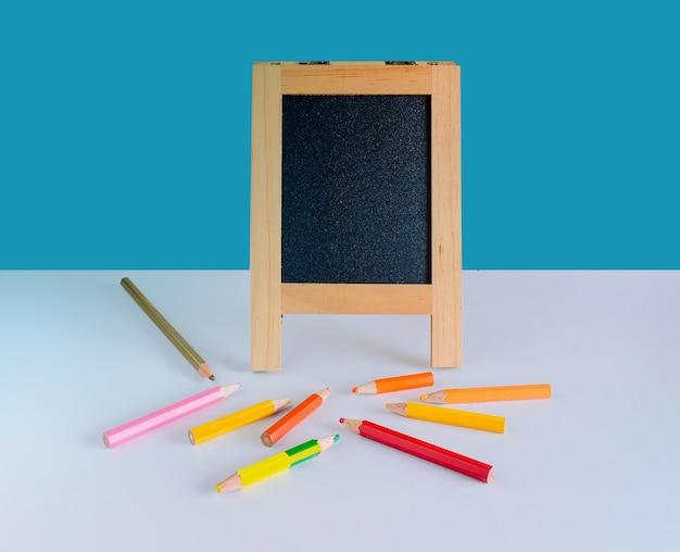 Kleine leere chockboard und farbstift mit kopierraum.