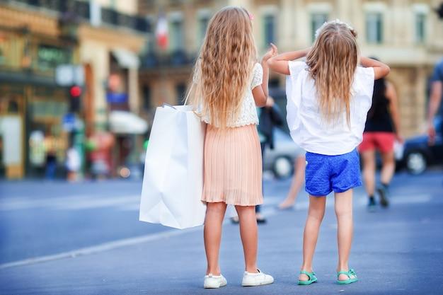 Kleine mädchen der entzückenden mode draußen in der europäischen stadt