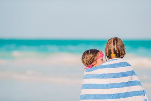 Kleine mädchen, die spaß haben, ferien auf tropischem strand zu genießen