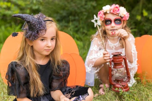 Kleine mädchen mit kostümen für halloween