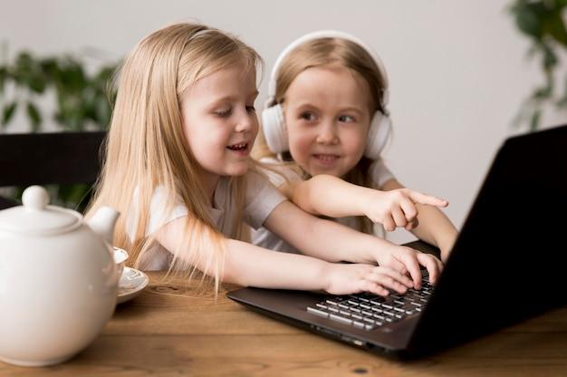 Kleine mädchen mit laptop