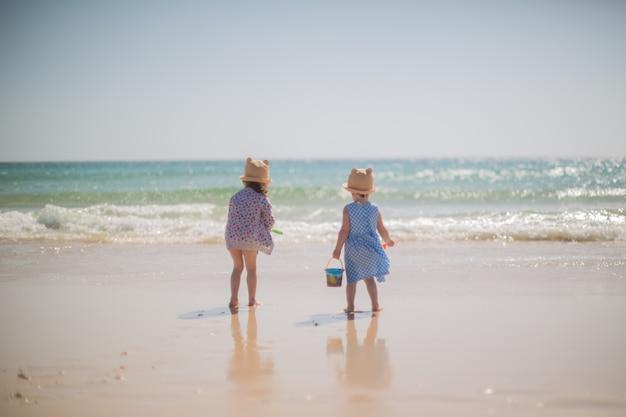 Kleine mädchen spielen am strand