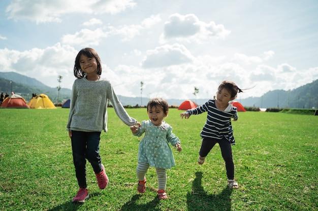 Kleine mädchen spielten an diesem tag gerne zusammen auf dem gartencampingplatz