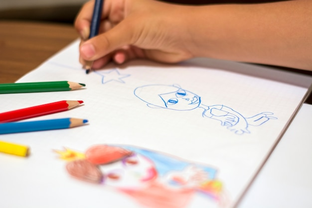 Kleine mädchen zeichnung mit hölzernen farbstiften