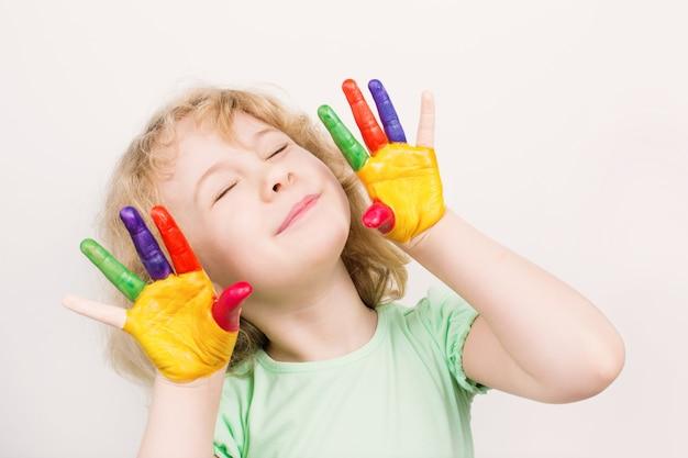 Kleine mädchenhände in bunten farben bemalt Premium Fotos