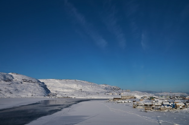 Kleine meereswellen brechen an einem hellen sonnigen tag gegen die steine des ufers und weißer schaum der wellen schmelzen gletscher als umweltbelastung durch luftverschmutzung