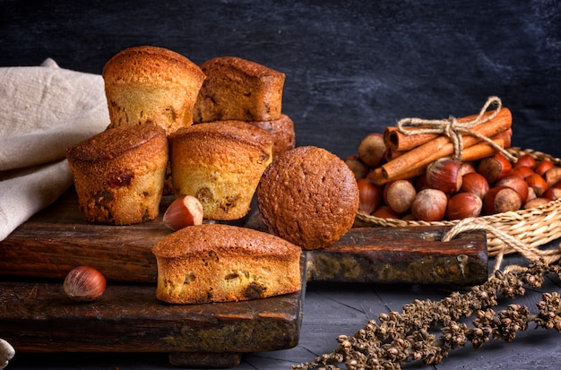 Kleine muffins mit getrockneten früchten