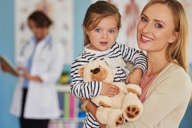 Kleine mutige patientin mit ihrem spielzeug